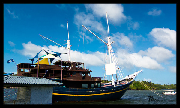 Manta Ray Bay Resort's MNUW Bar & Restaurant Ship